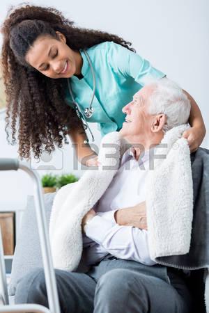 54992107-felice-giovane-infermiera-prendersi-cura-di-conforto-il-suo-vecchio-paziente-sorridente